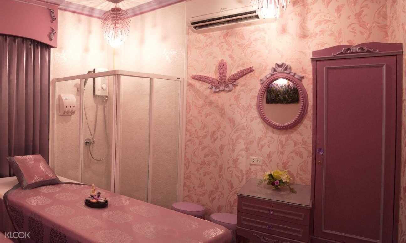 massage room with shower